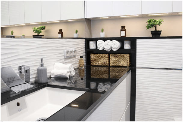 Mocny kontrast czerni i bieli –  pomysł na łazienkę:  czarny blat do łazienki