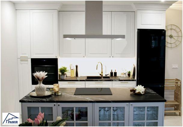 Odważne kontrasty i efektowne zdobienia – kuchnia w stylu glamour