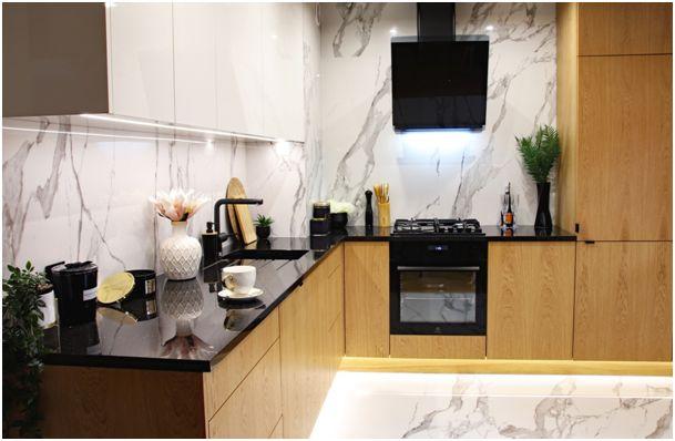 Spiek kwarcowy – efektowne i trwałe wykończenie ściany w kuchni